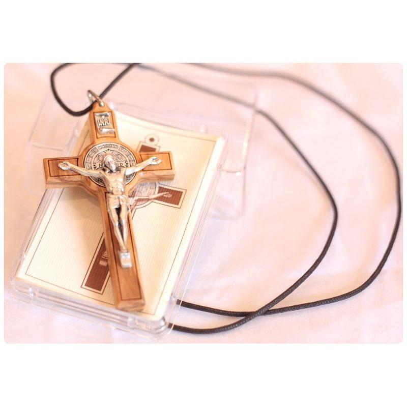 Krzyż św. Benedykt drzewo oliwne